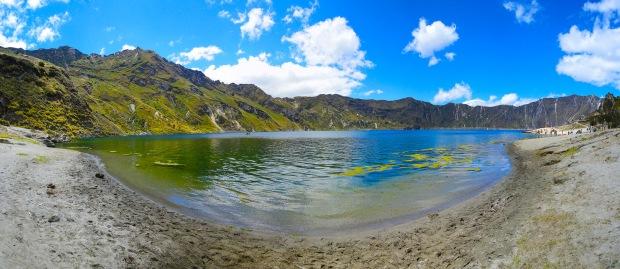 quilotoa-lago-laguna-lagoon-ecuador-panoramica-agua-turistas-arena-algas-montañas